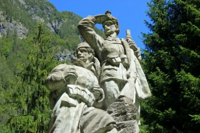 statue of two soldiers from first world war in log pod mangartom slovenia